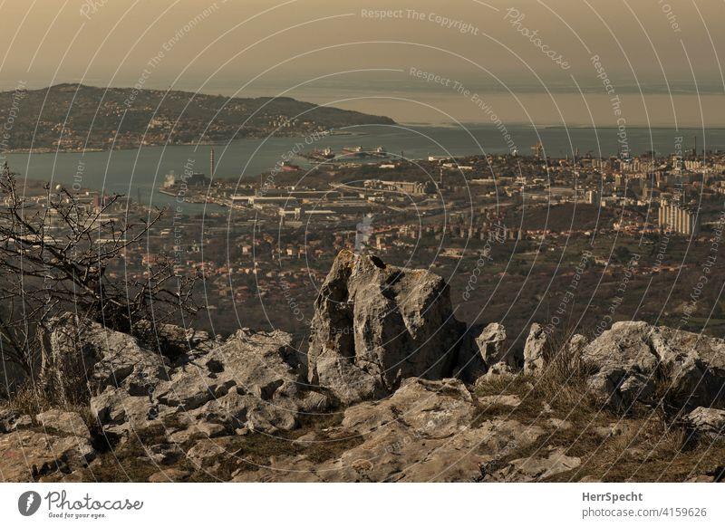 Blick vom Monte Stena auf den Golf von Triest Aussicht Weitsicht Fernsicht wandern Felsen Meerblick Industriehafen Bucht Italien Landschaft Küste