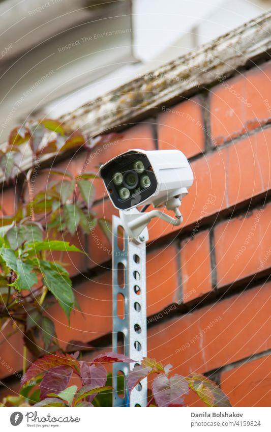 Überwachung und Sicherheit zu Hause Konzept. Sicherheit CCTV-Kamera Überwachung Perimeter von Privathaus im Dorf Fotokamera heimwärts cctv System privat Alarm