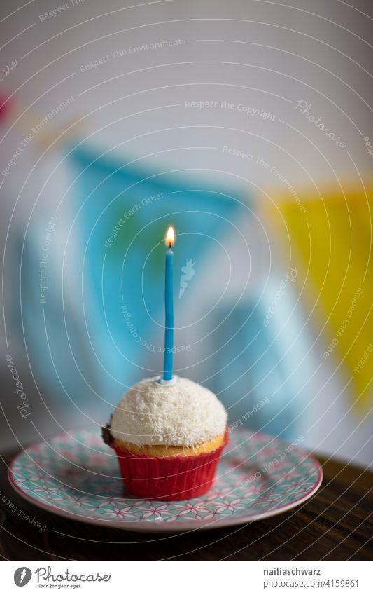 Alles Gute zum Geburtstag! Muffin Kerze Geburtstagstorte Geburtstagskerzen geburtstagsparty Feier Einsamkeit Einsamkeit Stille blau gelb Teller Gebäck Nachtisch