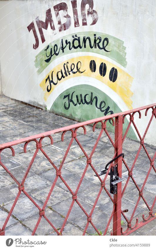Geschlossene Gastronomie Imbiss geschlossen Werbung Ernährung Fastfood Essen Lebensmittel Farbfoto Appetit & Hunger Snack Eingang Zaun Absperrung Schloss