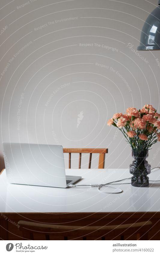 Home Office Esstisch Homeoffice home laptop Arbeitsplatz Blumen Blumenstrauß Laptop Business Schreibtisch Computer Büro Job Notebook arbeiten Lockdown