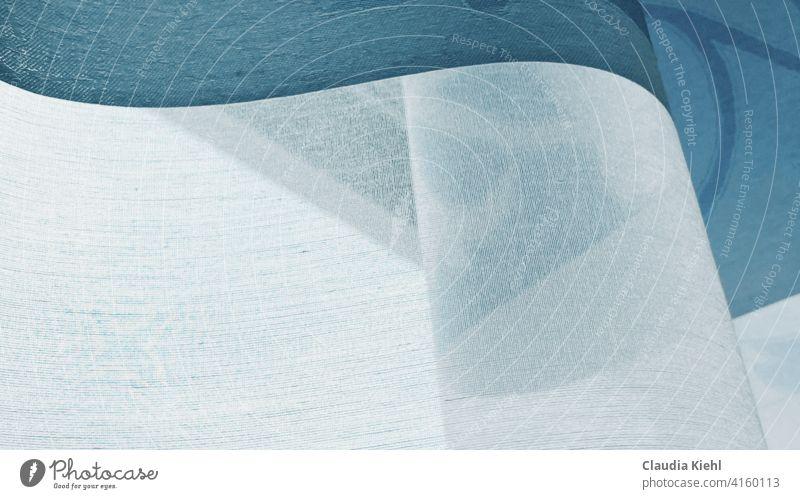 Gardine in Nahaufnahme schwungvoll im Licht Gardinen Vorhang Häusliches Leben Innenaufnahme Stoff Wohnung Fenster Dekoration & Verzierung hell blau weiss leicht