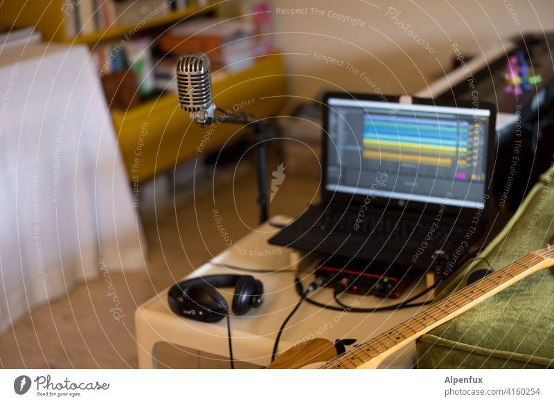 Home-Podcasting Musiker aufnahme Studioaufnahme Mikrofon Gitarre Gitarrenspieler Aufnahme Farbfoto Technik & Technologie Gerät Klang Instrument Künstler