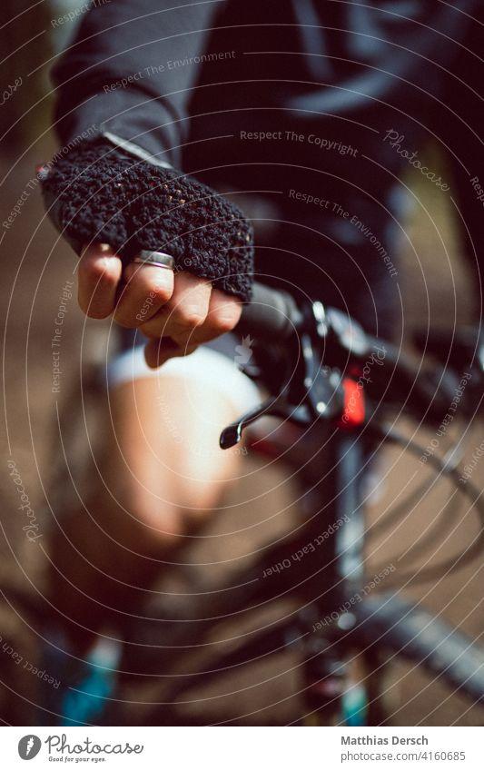 Hände an den Lenker Hand Handschuhe Mountainbike Fahrrad Fahrradfahren Fahrradlenker Freizeit & Hobby Sport Detailaufnahme