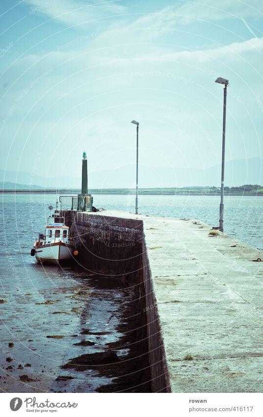 im hafen Schifffahrt Fischerboot Hafen Anker schön klein niedlich blau ruhig Fernweh Anlegestelle ankern Republik Irland weiß Leuchtturm Straßenbeleuchtung Ebbe