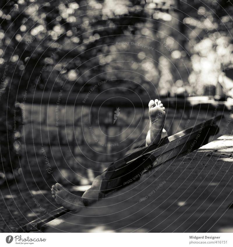 Sonnenbad Mensch maskulin Fuß 1 Pause Bank Obdachlose Füße hoch Park Sonnenlicht Beine Unschärfe Mauer Zehen Schwarzweißfoto Außenaufnahme Textfreiraum links