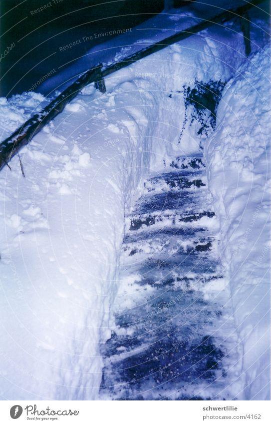 schweisstreibender Winter Schnee Treppe
