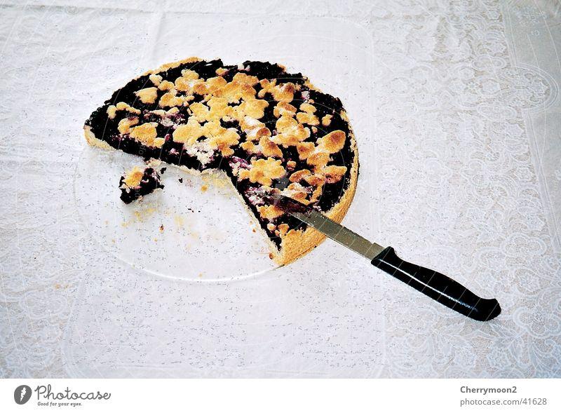 Heidelbeerkuchen Kuchen Torte Streusel Tisch lecker Ernährung Messer Teile u. Stücke Blaubeeren kochen & garen Anschnitt