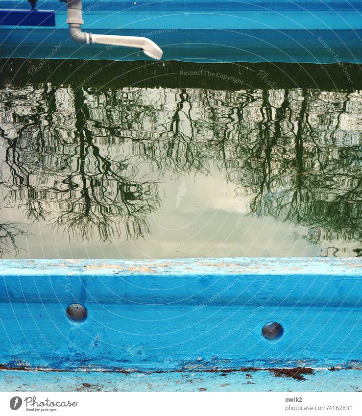 Nichtschwimmerbecken Freibad Schwimmbad Sportstätten Menschenleer Nahaufnahme Außenaufnahme Farbfoto ruhig Wasser Stein Idylle Baum Schönes Wetter Himmel