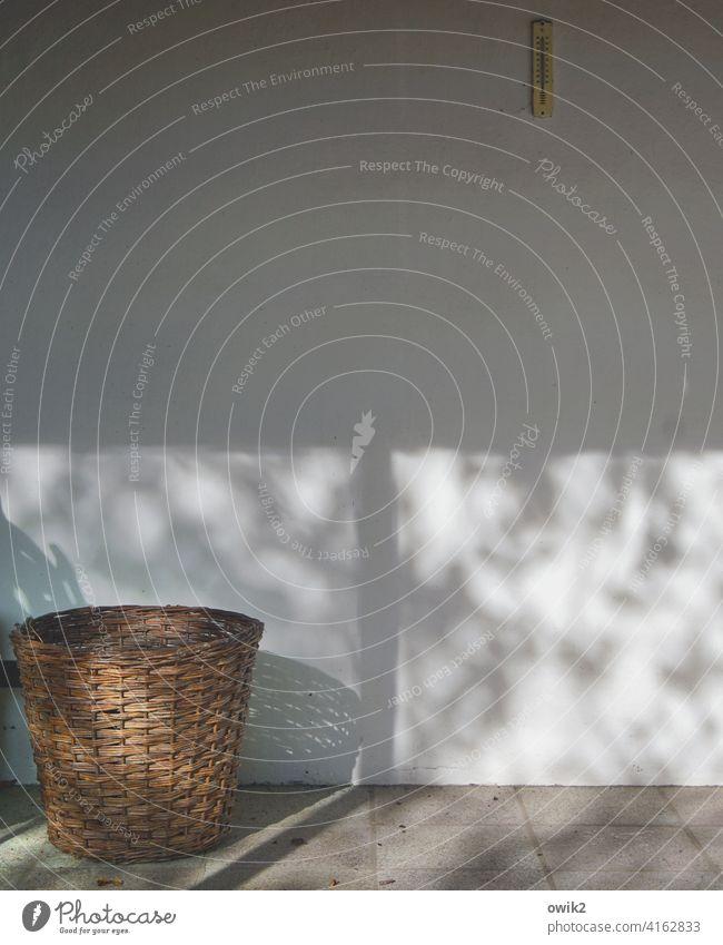 Wandmalerei Korb Mauer Garten Steinboden Farbfoto Gedeckte Farben Detailaufnahme Außenaufnahme Menschenleer Textfreiraum oben Textfreiraum unten