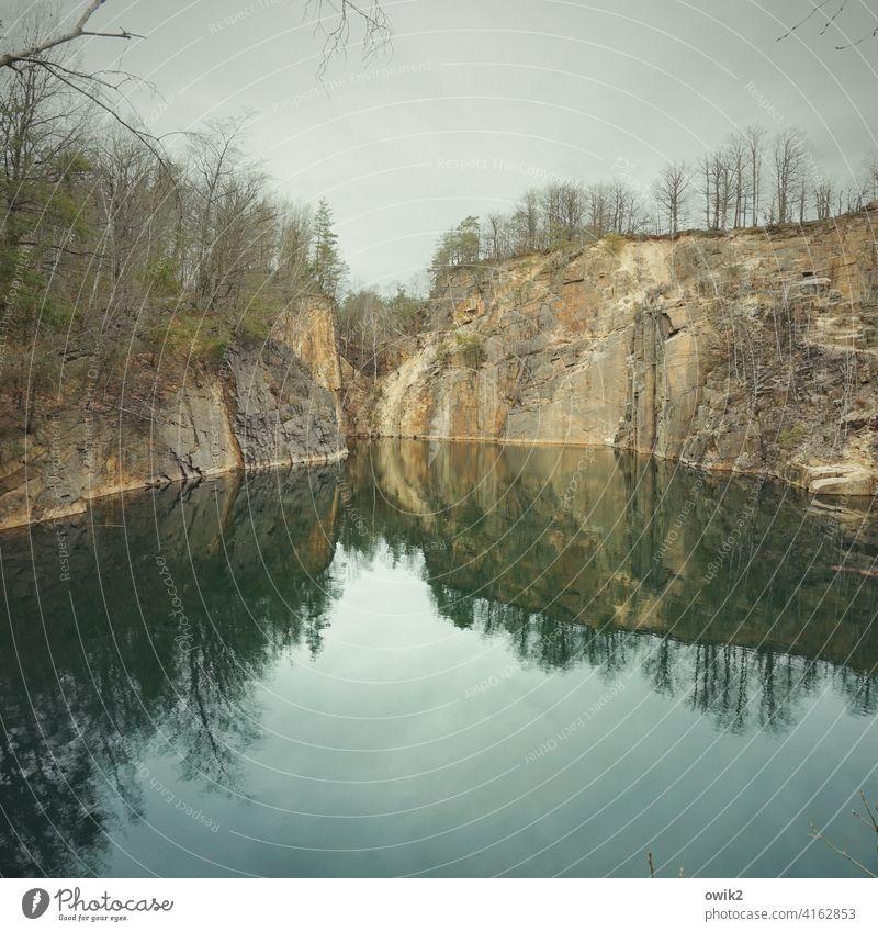 Steiles Ufer Landschaft Felsen Farbfoto Textfreiraum unten Frühling Umwelt Himmel blau Textfreiraum oben Horizont Schönes Wetter Königshainer Berge Idylle