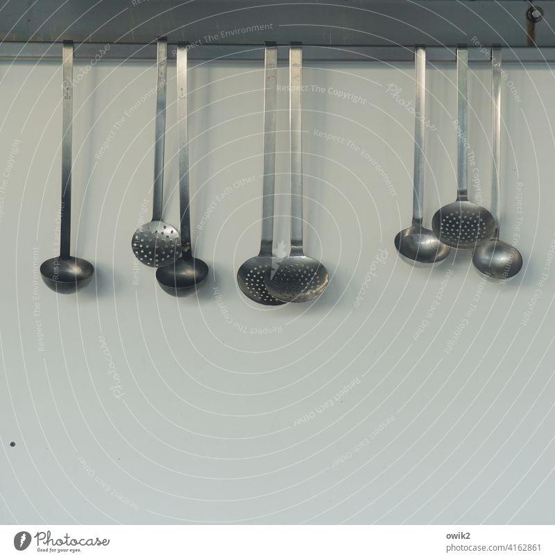 Glanzparade Schöpfkelle Metall Küche Ernährung innen Zubehör Löffel Kellen viele Sortiment Sammelsurium hängen glänzen Wand Restaurant Farbfoto Innenaufnahme