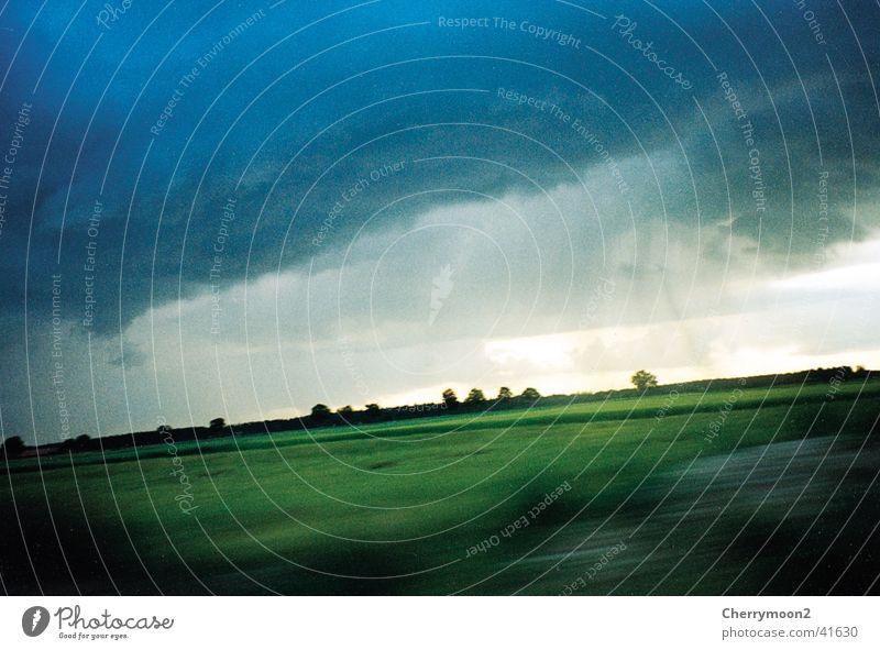 Regenguss grün blau Wolken Wiese Regen Horizont diagonal flach Naturphänomene