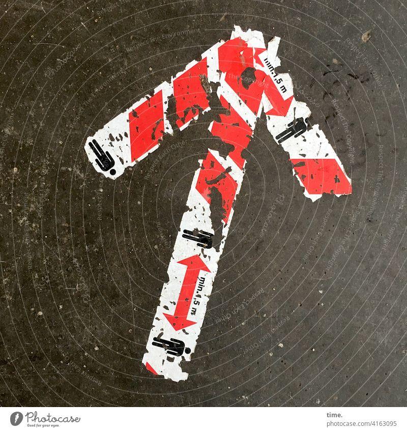 corona thoughts | double bind pfeil abstand piktogramm fußbden aufgeklebt richtung orientierung richtungsweisend anzeigen beton kunststoff kaputt müde schleusen