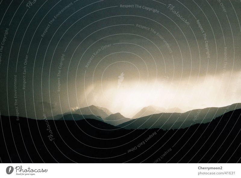 Weltuntergang dunkel Wolken Licht schwarz Berge u. Gebirge Gewitter Schatten Himmel Landschaft