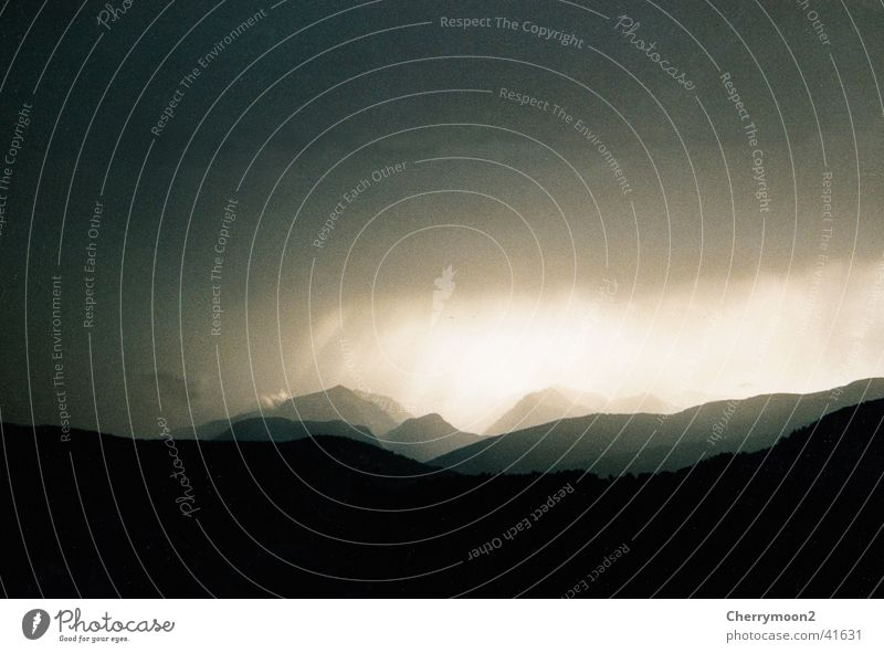 Weltuntergang Himmel schwarz Wolken dunkel Berge u. Gebirge Landschaft Gewitter