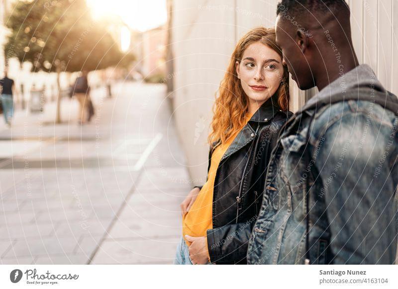 Schönes multiethnisches Paar copyspace die sich gegenseitig ansehen Vorderansicht Porträt Partnerschaft multirassisch Schwarzer Mann Kaukasier multikulturell