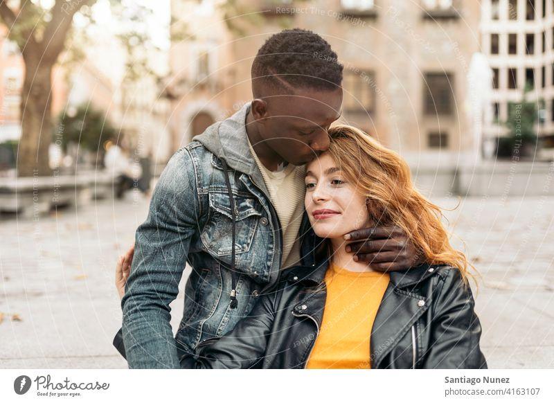 Multiethnisches junges Ehepaar Küssen Vorderansicht Porträt Partnerschaft multirassisch Schwarzer Mann Kaukasier multikulturell multiethnisch Zusammensein