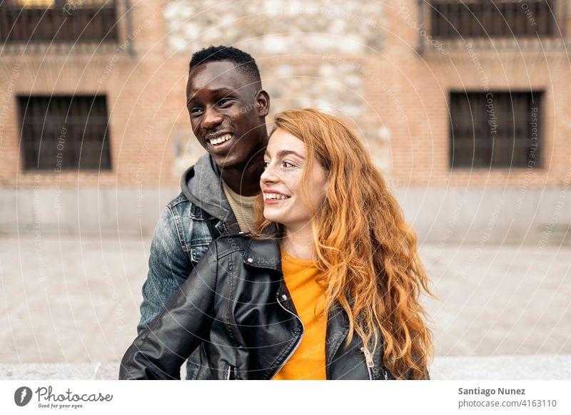 Multiethnisches junges Ehepaar Vorderansicht Porträt Partnerschaft multirassisch Schwarzer Mann Kaukasier multikulturell multiethnisch Zusammensein Freund