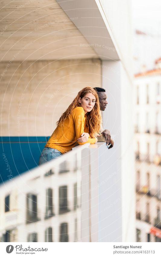 Afrikanischer Junge und rothaarige Frau in die Kamera schauen Stehen Vorderansicht Porträt Partnerschaft multirassisch Schwarzer Mann Kaukasier multikulturell