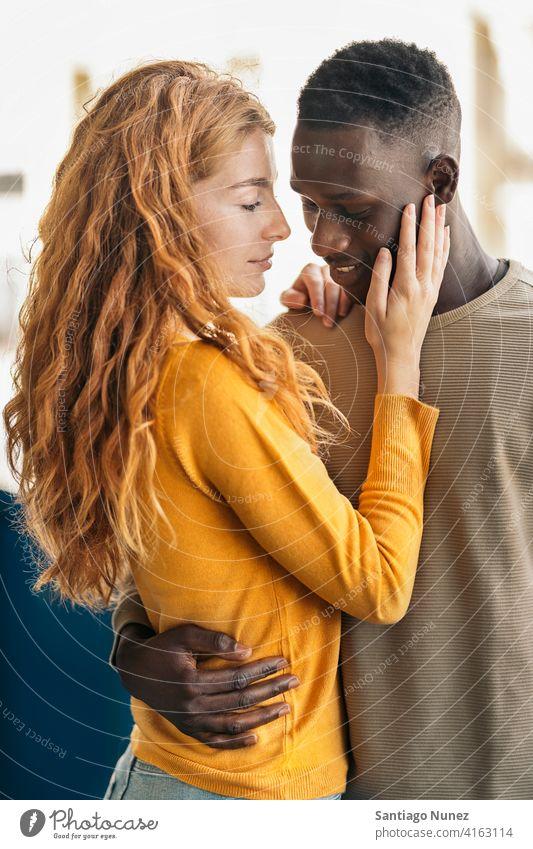 Liebevolles multiethnisches Paar-Portrait die sich gegenseitig ansehen Küssen Porträt Vorderansicht Stehen Partnerschaft multirassisch Schwarzer Mann Kaukasier