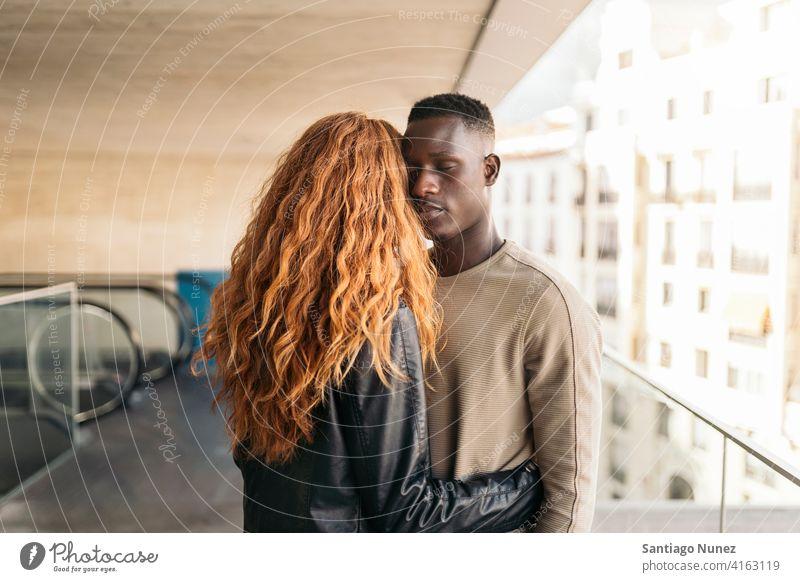 Liebevolles multiethnisches Paar-Portrait die sich gegenseitig ansehen Porträt Vorderansicht umarmend Stehen Partnerschaft multirassisch Schwarzer Mann
