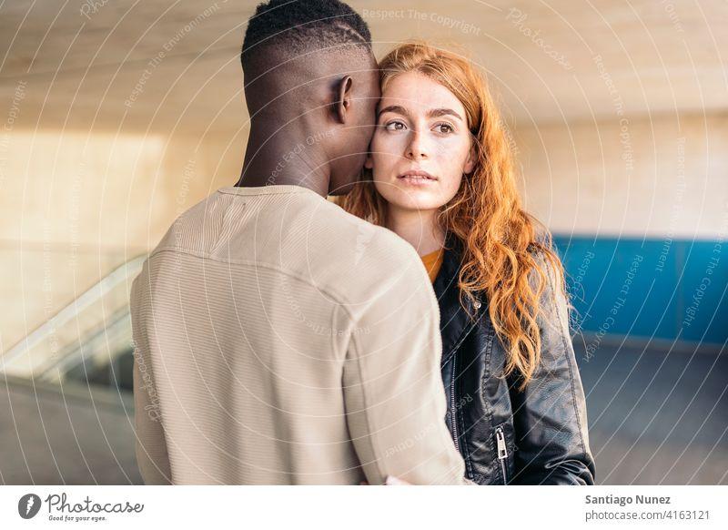 Liebendes multiethnisches Paar, das sich umarmt die sich gegenseitig ansehen Porträt Vorderansicht umarmend Stehen Partnerschaft multirassisch Schwarzer Mann