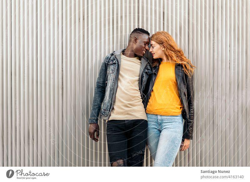 Liebendes multiethnisches Paar die sich gegenseitig ansehen Küssen Porträt Vorderansicht Stehen Partnerschaft multirassisch Schwarzer Mann Kaukasier