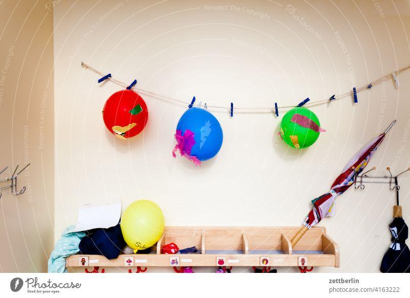 Luftballons im Kinderladen fenster haus innenstadt menschenleer textfreiraum wand wohnen wohngebiet wohnhaus kindergarten kinderladen kinderspielzeug luftballon