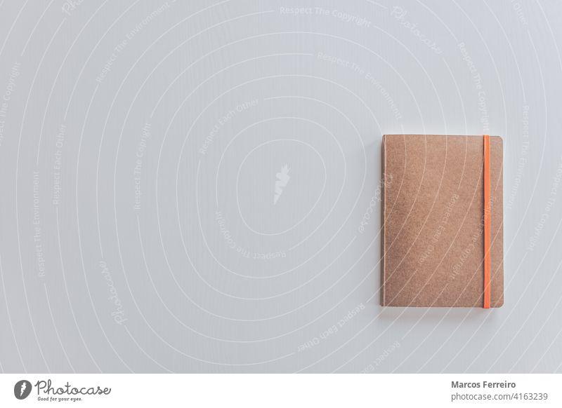 rustikaler Notizblock isoliert auf weißem Tisch Memo keine Menschen Kreativität lernen Arbeit niemand Tapete Holz schreibend Overhead Erinnerung altehrwürdig
