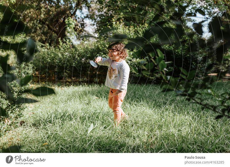 Nettes Mädchen spielt im Freien 1-3 Jahre Kaukasier Kind Kindheit Park Frühling Farbfoto Außenaufnahme Tag Natur Fröhlichkeit Mensch Lifestyle Glück niedlich