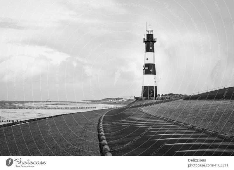Leuchtturm in schwarz-weiß an der Küste, keine Menschen Zeeland Breskens zeeuws-vlaanderen Die Niederlande holländisch MEER Leuchtfeuer Licht Meer Schiff