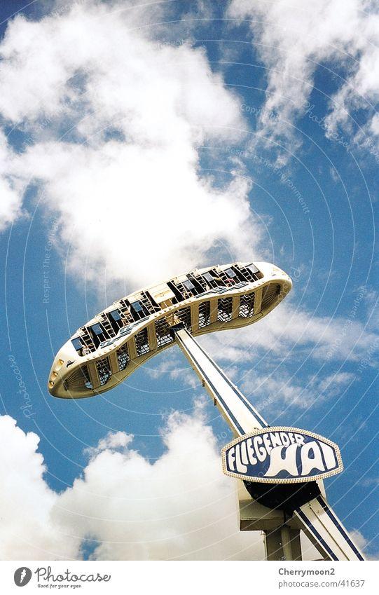 Weißer Hai Himmel Wolken hoch Luftverkehr Ereignisse Schaukel Spielzeug Vergnügungspark Fahrgeschäfte Kribbeln