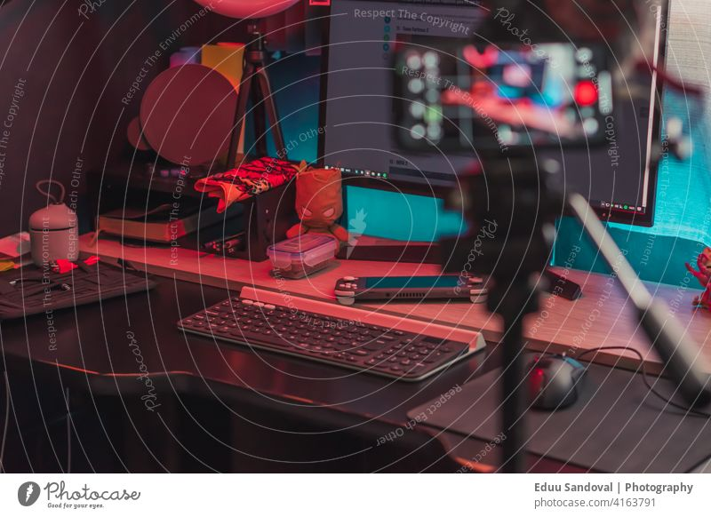 Arbeits- und Spielfläche sehr komfortabel und ausreichend. Keyboard Cyberspace Entertainment Aktion Spielen spielen Spieler Video Computer digital Headset