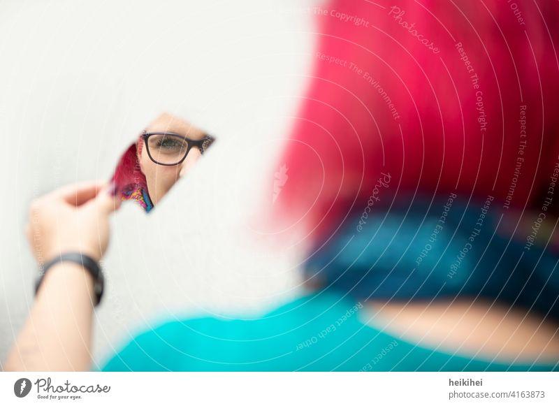 Rothaarige Frau schaut in eine Spiegelscherbe rothaarig feminin Junge Frau Mensch Erwachsene 18-30 Jahre Porträt Gesicht Kopf Spiegelung Hinterkopf Brille Blick