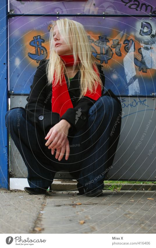warten... Mensch feminin 1 Zeichen Graffiti sitzen blond schön Gefühle Stimmung Langeweile Müdigkeit Unlust Enttäuschung Einsamkeit Erschöpfung Bushaltestelle