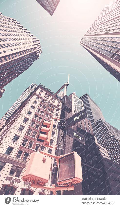 Blick auf Manhattan-Gebäude an der Wall Street gegen die Sonne, Farbtonung aufgetragen, New York City, USA. Großstadt New York State nachschlagen Büro Zeichen