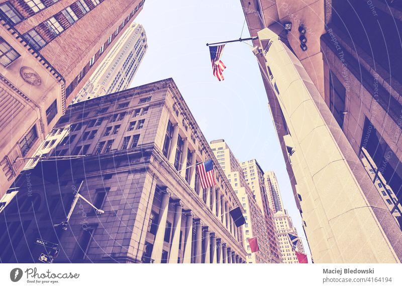 Blick auf Manhattan-Gebäude an der Wall Street, Farbtonung aufgetragen, New York City, USA. Großstadt New York State Büro Wolkenkratzer Business nachschlagen
