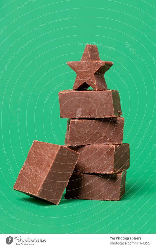 Schokoladen-Fudge isoliert auf einem grünen Hintergrund. Hausgemachter Fondant. Amerikaner Bar braun Butter Kakao Kuchen Bonbon Weihnachten Nahaufnahme Farbe