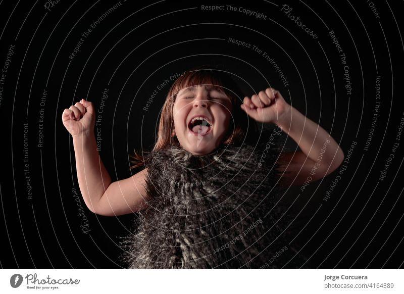 Porträt mit erhobenen Händen bezaubernd allein attraktiv Schönheit Kaukasier charmant heiter Kind Kindheit Kinder niedlich träumen Eleganz aufgeregt Ausdrücken