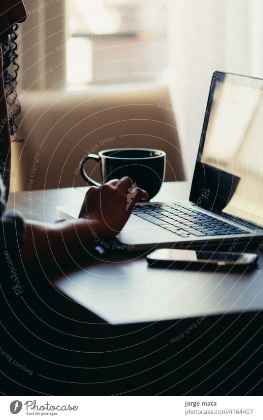 lateinische Frau arbeitet von zu Hause aus Buchhaltung attraktiv Bank schön Business Geschäftsmann Geschäftsfrau Karriere Kaffee Computer Bildung Mitarbeiter