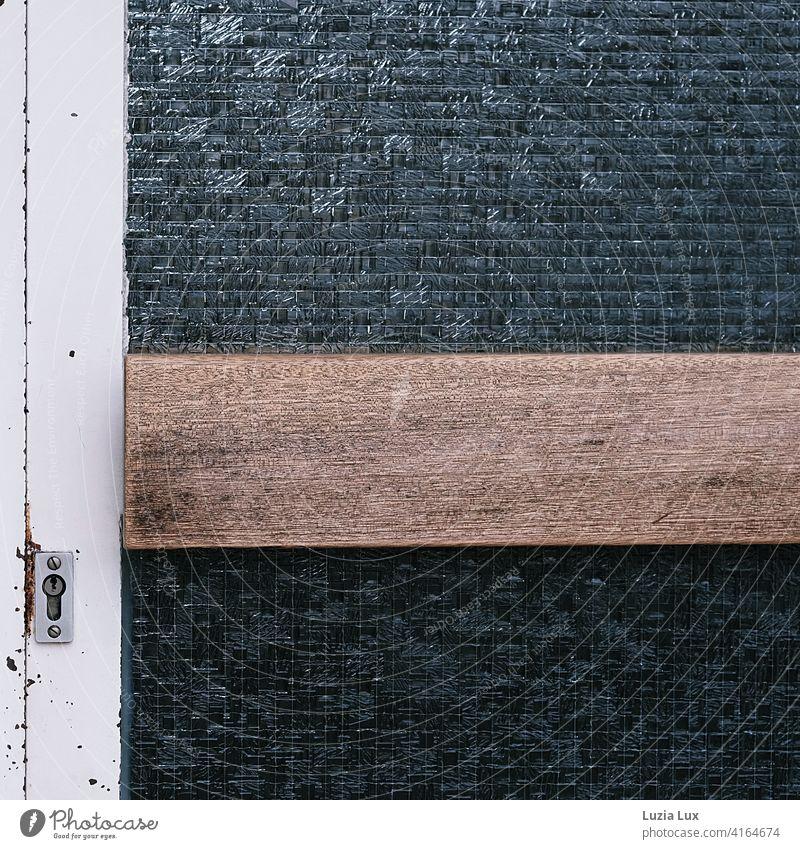 Streng verschlossen: Eingangstür eines öffentlichen Gebäudes. Metall, Holz und Glas mit Drahtgewebe. Sicherheit historisch Schlüsselloch Türgriff Schloss