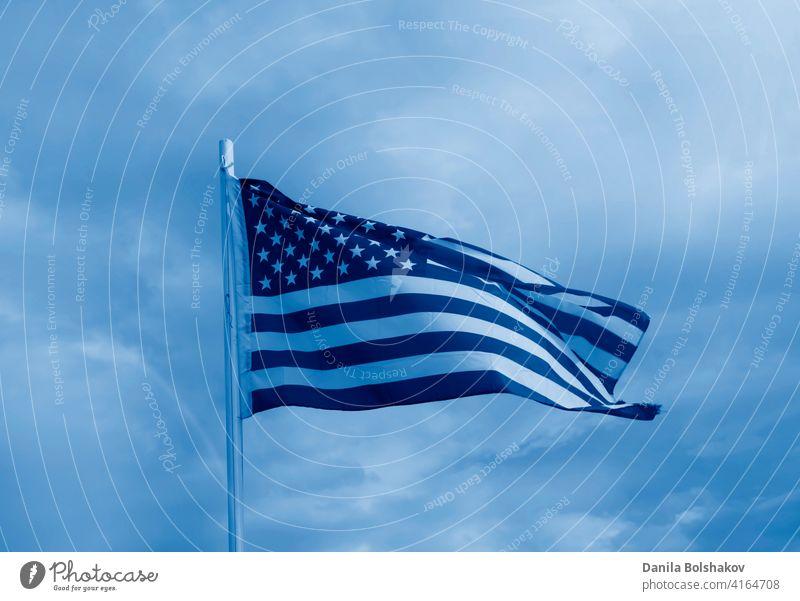 Amerikanische Flagge auf einem blauen Himmel mit Wolken Hintergrund Fahne Amerikaner vereint weiß USA Zustände winkend rot Wind amerika patriotisch streifen