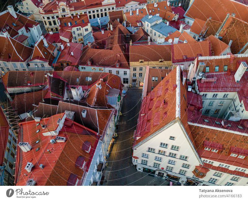 Luftaufnahme der Altstadt von Tallinn Estland alt Stadt Wahrzeichen Antenne mittelalterlich Dach berühmt rot Architektur Gebäude Großstadt baltisch reisen
