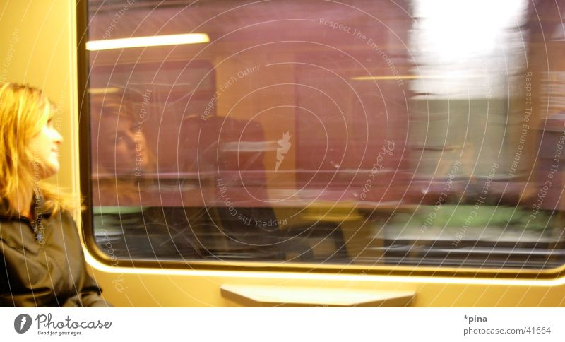 gedanken in bewegung Frau Gedanke träumen Zukunft Reflexion & Spiegelung Eisenbahn Fenster blond Verkehr Ferien & Urlaub & Reisen Bewegung Fensterscheibe Blick