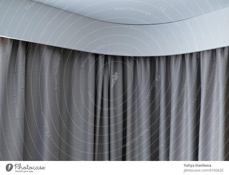 Eckiges Gesims mit Gardinen und weißem Vorhang oder Tüll. Interieur-Details in Nahaufnahme. Weiße Wand, Decke, Gesims-Nische, Vorhänge am Fenster. Ecke weiße Kunststoff versteckte Vorhangstange.