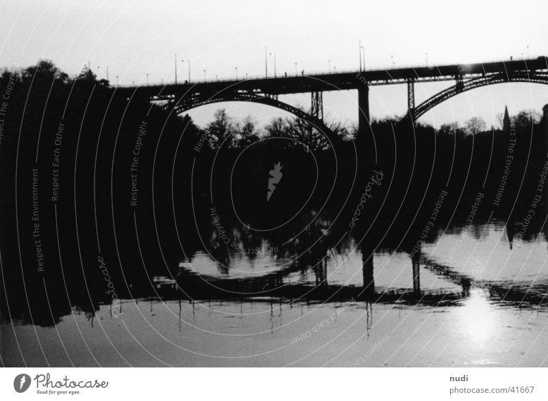 Der Weg über die Aare Wasser weiß Sonne schwarz Brücke Fluss Schweiz Matten Kanton Bern Kirchenfeldbrücke