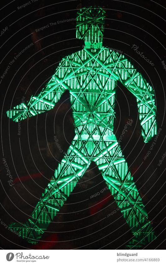 Es muss endlich wieder losgehen! Ampel grün Ampelmännchen Signal Lichtsignalanlage Straßenverkehr Fußgänger Verkehr Verkehrszeichen warten leuchten Farbfoto