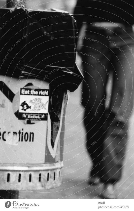 Der alltägliche Gang Müll Frau Unschärfe schwarz weiß Fototechnik Kanton Bern