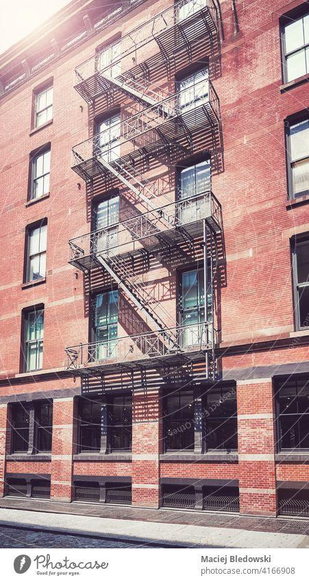 Altes Backsteingebäude mit eiserner Feuerleiter, farbig getönt, New York City, USA. New York State Großstadt Gebäude Manhattan alt Feuertreppe Haus Straße neu